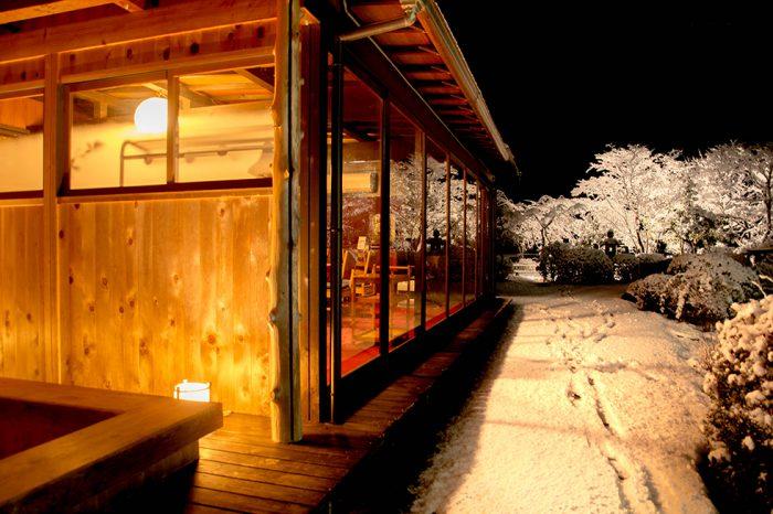 ゆう月 冬の庭園 雪景色 足湯 ライトアップ