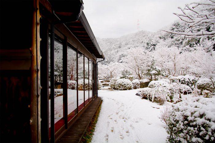 ゆう月 冬の庭園 雪景色