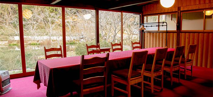 綾部の料亭 ゆう月 テーブル席 テラス席