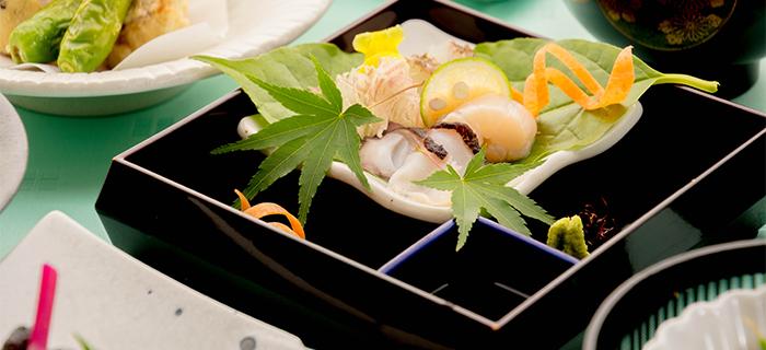 綾部の料亭 ゆう月 夏の会席料理 お盆 真鯛の松皮造り