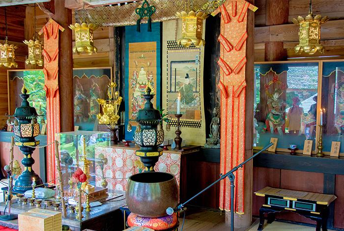 岩王寺の境内 法事の写真