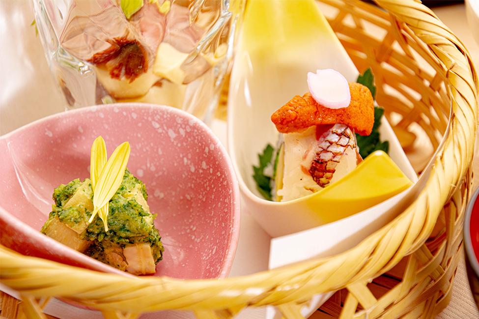 綾部の和食レストラン ゆう月の春の料理 たけのこ会席の前菜 竹かご 木の芽和え