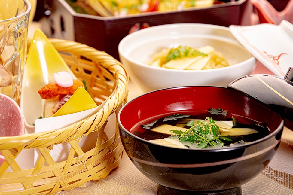 綾部の和食レストラン ゆう月の春の料理 たけのこ会席のお吸い物 若竹椀