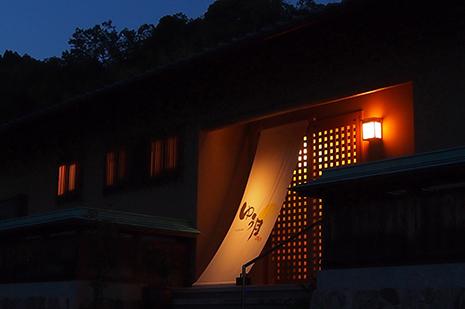 綾部の料亭 ゆう月 夜の外観 建物