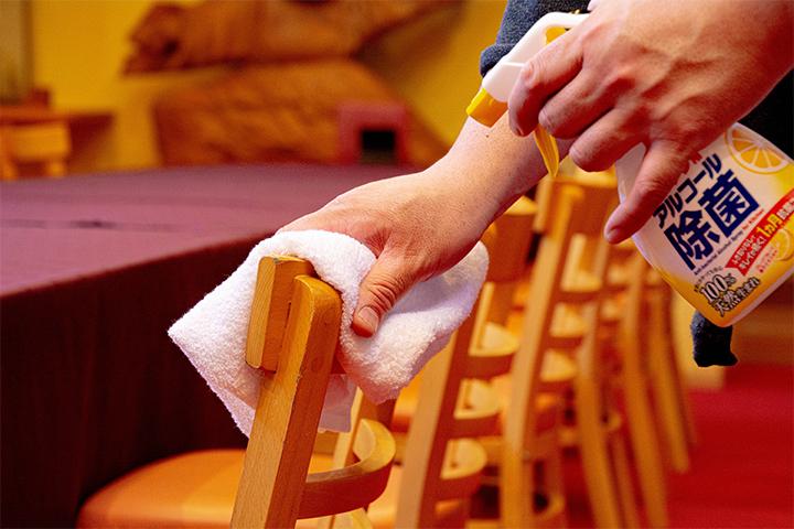 綾部の和食レストラン ゆう月の新型コロナウイルス対策 椅子の消毒作業