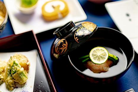 綾部の和食レストラン 夏の会席の煮物椀 海老しんじょう お吸い物