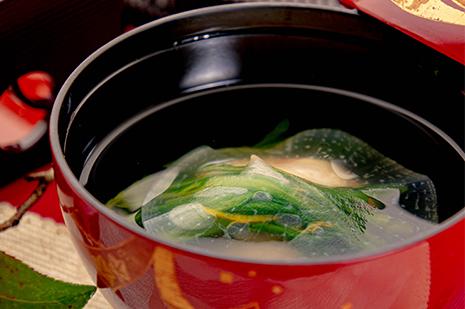 綾部の和食の店 ゆう月の冬の会席料理 お椀 カニしんじょう お吸い物